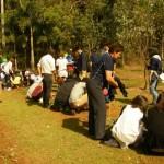 日本獣医生命科学大学スタディツアーの学生たちと、プレンヴェイル小学校生の共同植樹